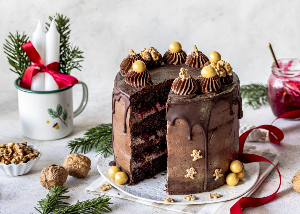 Lebkuchen-Preiselbeer-Torte mit kalifornischen Walnüssen backen. Ein perfektes Weihnachts Rezept mit saftigen Schokoladenböden, Schokocreme, kandierten Walnüssen und Wild-Preiselbeeren. Emmas Lieblingsstücke