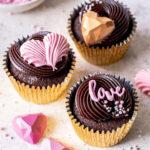 Nutella Cupcakes zum Valentinstag backen. Saftiger Schokoladenmuffin mit cremigstem Nutella Frosting. #cupcakes #frosting #chocolate #schokolade #nutella #valentinstag #valentisday Emmas Lieblingsstücke