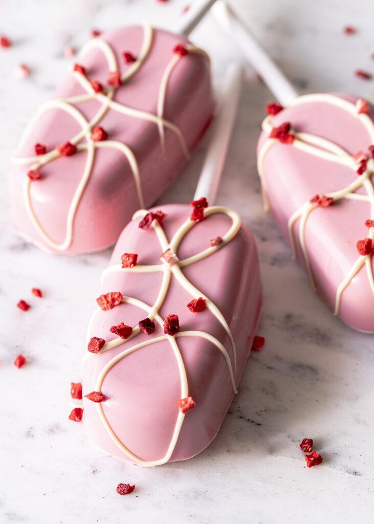 Espresso White Hot Chocolate Popsicles. Hot Chocolate Bombs in Eisform mit weißer Schokolade, Espresso und Marshmallows. Emmas Lieblingsstücke