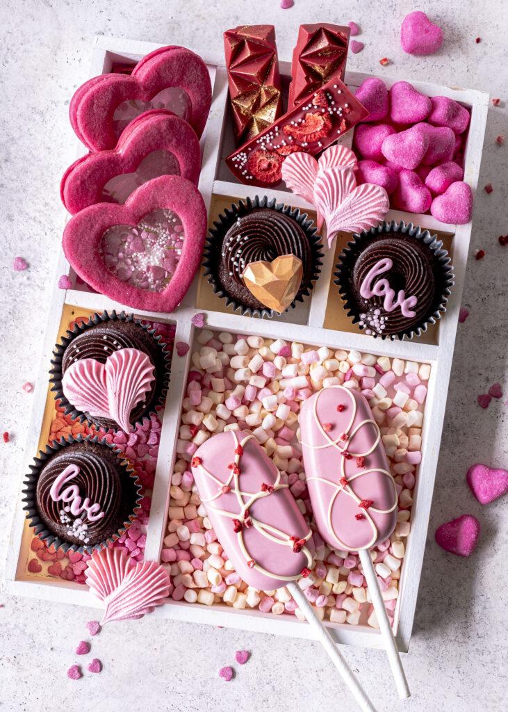 Window Cookies / Fensterkekse mit Isomalt ganz einfach selber machen. In Herzform und mit Streusel sind sie perfekt für den Valentinstag. #valentinstag #valentinesday #windowcookies #cookies Emmas Lieblingsstücke