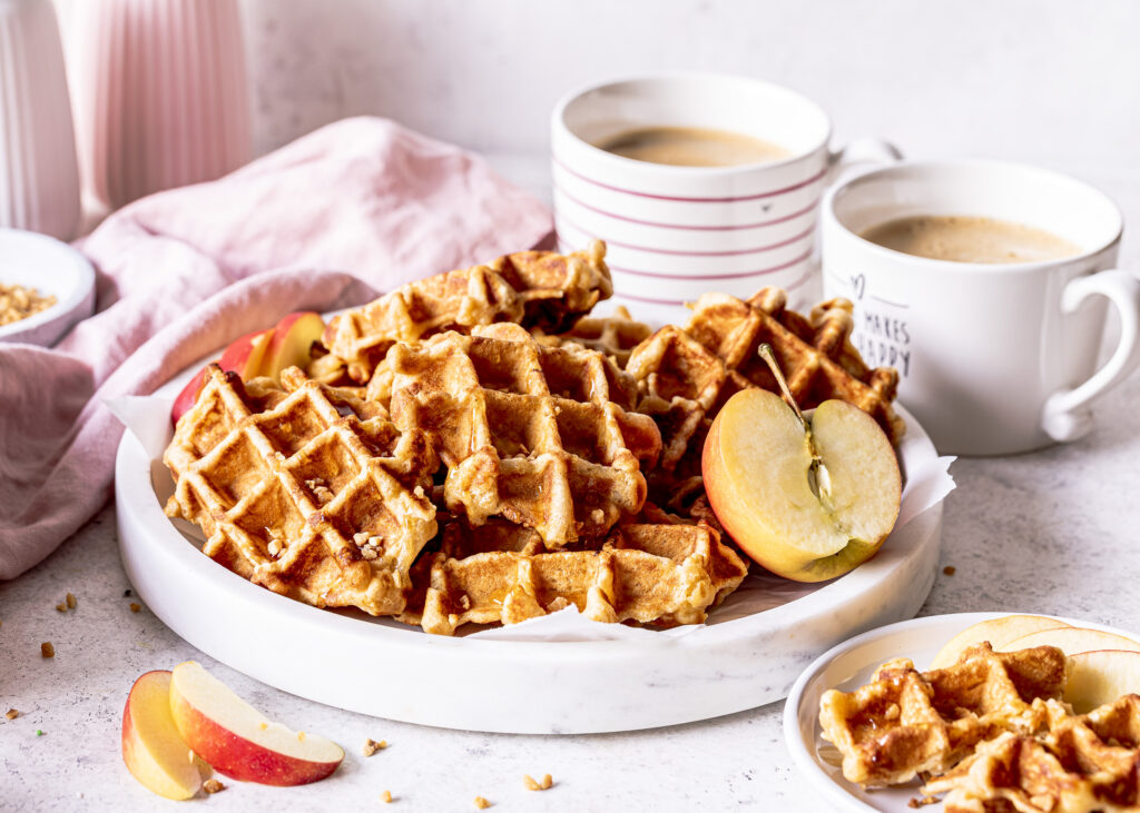 Schnelle Apfelwaffeln mit Zimt backen. Ein einfaches Rezept für saftige und leckere Waffeln. Perfekt für den Kaffeeklatsch und als Nachmittagssnack für Kinder. Emmas Lieblingsstücke