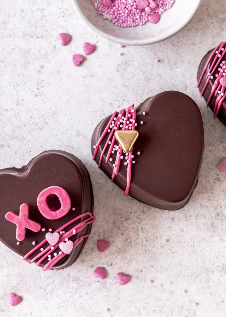 Saftige Brownie Karamell Herzen mit flüssigem Karamellkern und perfekter Schokoladenglasur. Ein einfaches und gelingsicheres Rezept für den Valentinstag. #valentinstag #brownie #karamell #herz Emmas Lieblingsstücke
