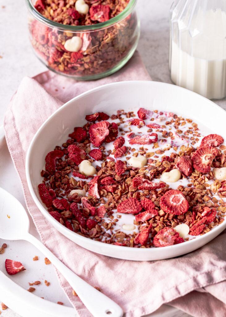 Rezept für selbstgemachtes Granola / Müsli mit Erdbeeren unf weißer Schokolade. Einfach, lecker und perfekt zum Verschenken zum Valentinstag oder zum Muttertag. #granola Frühstück Beeren Emmas Lieblingsstücke