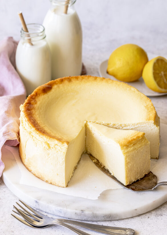 Einfacher Käsekuchen ohne Boden. Dieses Rezept wirst du lieben. Saftig, cremig und schnell gemacht. Emmas Lieblingsstücke