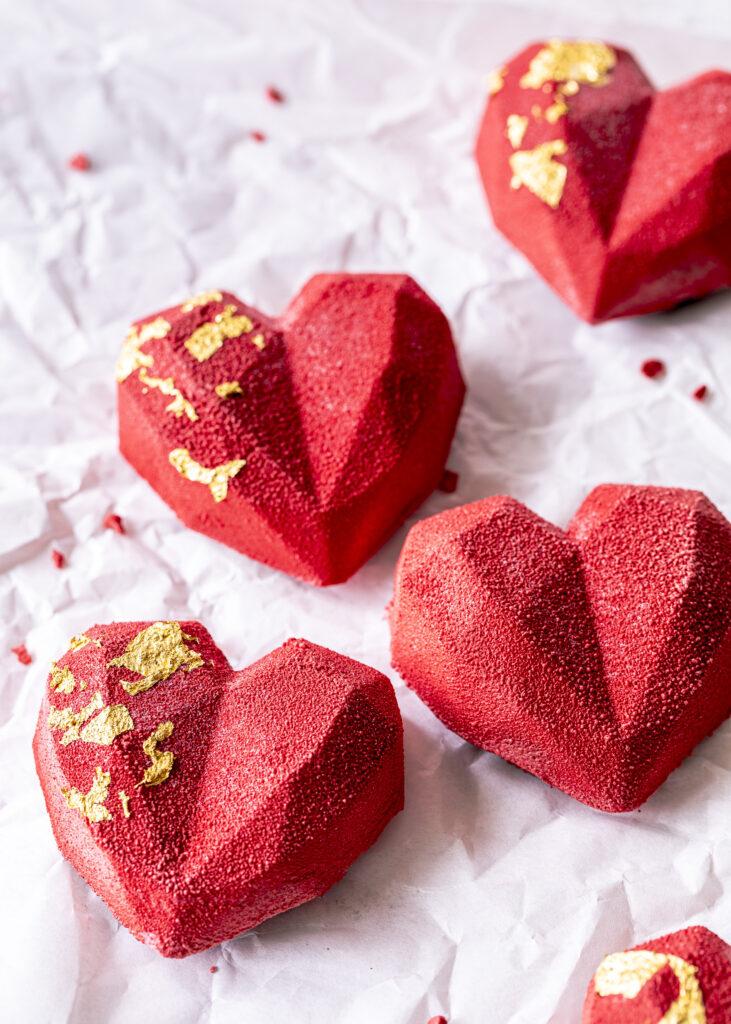 Oreo Himbeermousse Herz Cakesicles im angesagten Geo Style selber machen. Ein perfektes Dessert für den Valentinstag oder Muttertag. Emmas Lieblingsstücke