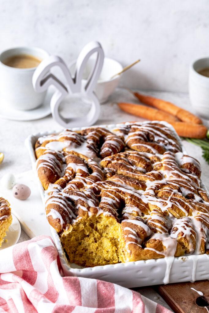Carrot Cake Zimtschnecken Rezept. Fluffige Hefeschnecken mit Karotten und Zuckerguss. Perfekt für den nächsten Osterbrunch. Emmas Lieblingsstücke