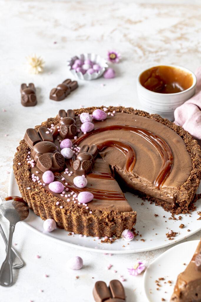 Mousse au Chocolat Tarte mit Karamell. Perfekt für Ostern und alle Schokoliebhaber. Cremig, lecker und ohne Backen. Emmas Lieblingsstücke