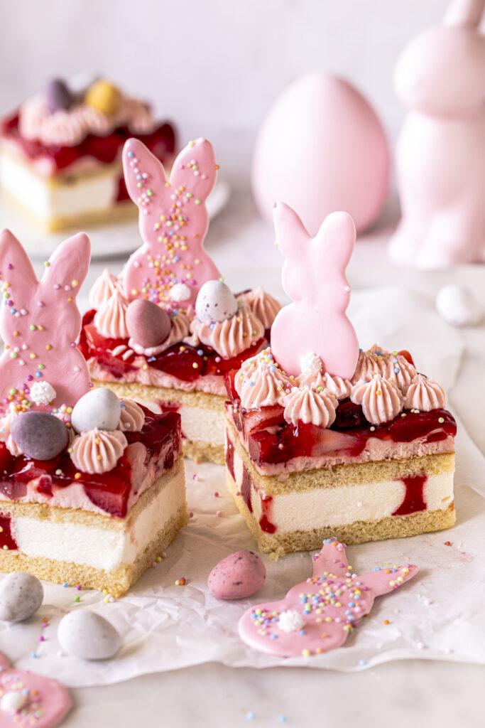 Osterhasen-Erdbeer-Blechkuchen mit selbstgemachter Schokoladen Hasen Deko verzieren. Emmas Lieblingsstücke