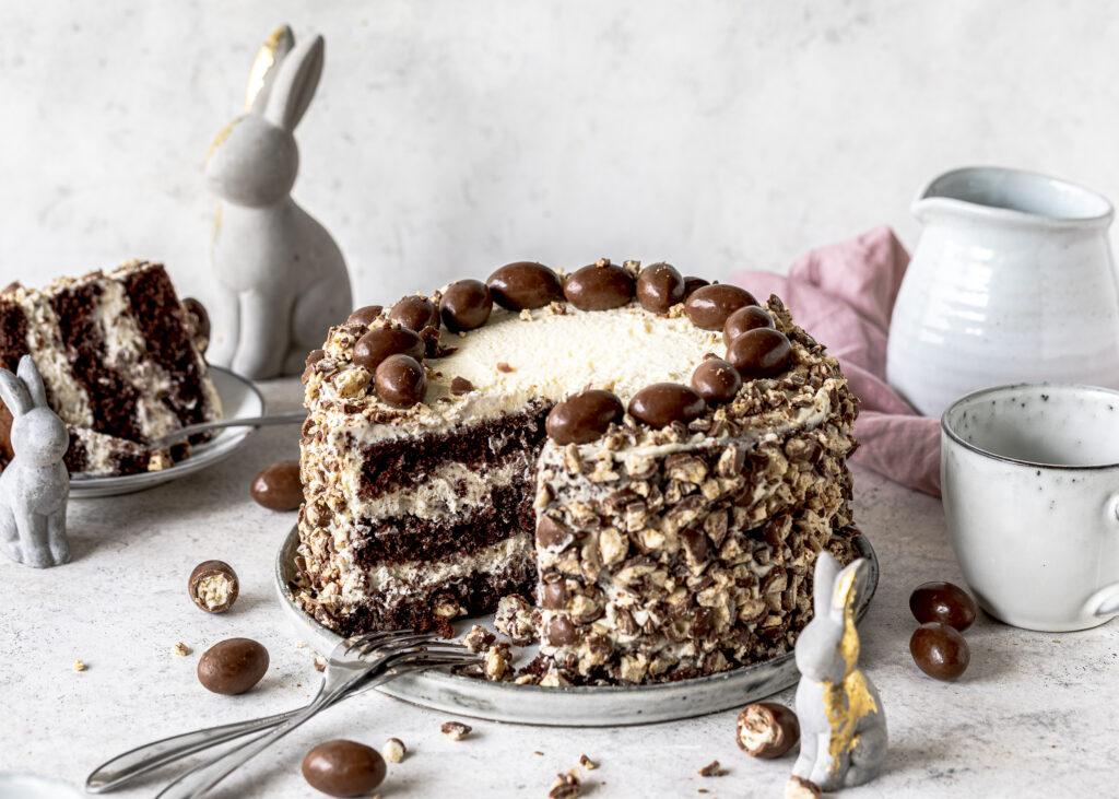 Einfache Schoko-Bon-Torte ohne Gelatine und mit Haselnuss Biskuitböden zu Ostern backen. Emmas Lieblingsstücke