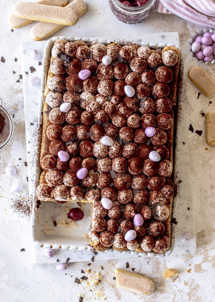 Schwarzwälder Kirsch Tiramisu ganz einfach selber machen. Ein perfektes Dessert zu Ostern mit Mascarpone, Löffelbiskuits, Kirschen und Kaffee. Emmas Lieblingsstücke