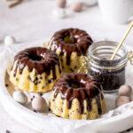 Stracciatella-Gugel mit Eierlikör einfach selber backen. Mit Schokoladenstückchen und Eierlikör perfekt für Ostern und zum Verschenken. #eierlikör #gugel #bundtcake #ostern #backen Emmas Lieblingsstücke