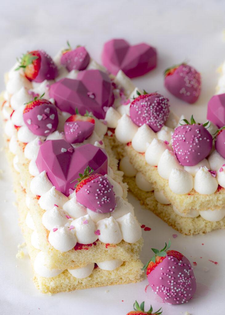 Letter Cake mit Erdbeeren ganz einfach zum Muttertag backen. mit Schritt für Schritt Anleitung und Schablone- #lettercake #numbercake #muttertag Emmas Lieblingsstücke