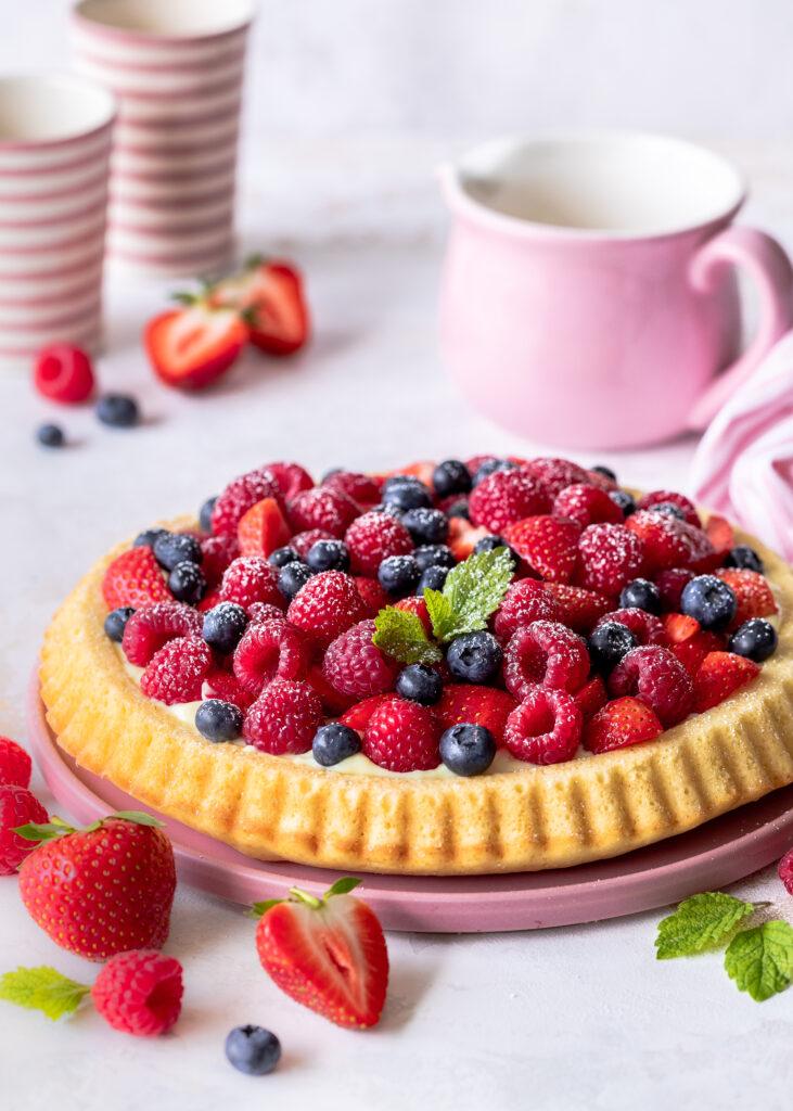 Einfacher Obstkuchenboden mit Beeren und Pudding selber backen. Ein leckeres Rezept mit Beeren. Emmas Lieblingsstücke #backen #beeren #leckerschmecker #foodblog